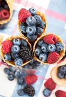 frutas frescas no cone waffle foto
