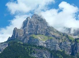 opinião do verão do maciço montanhoso do mont blanc.