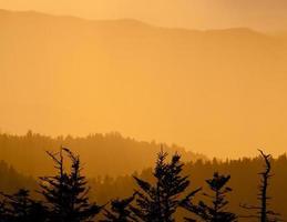 montanhas esfumaçadas ao pôr do sol