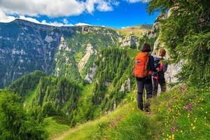 caminhantes de mulher jovem caminhando nas montanhas, bucegi, cárpatos, transilvânia, romênia