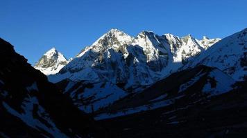 cenário no caminho para a passagem de montanha de cho la