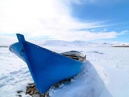 barcos de pesca em lago congelado