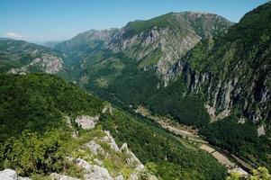 vale do cerna, um desfiladeiro profundo da romênia foto