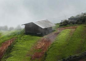 cabana de montanha enevoada. chuvas