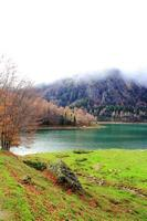 lago da montanha nos pirineus foto