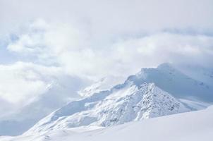 queda de neve nas montanhas foto