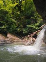 cachoeira no fundo da montanha foto