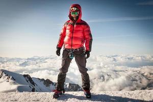 alpinista no cume do mont blanc foto