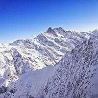 região de Jungfrau com pico de vista de helicóptero no inverno