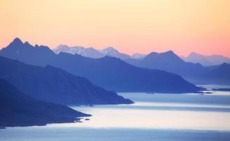 pôr do sol abstrato na montanha com oceano
