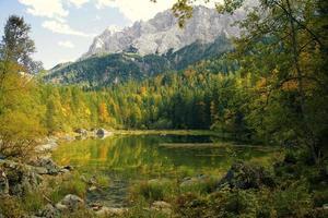 lago alpino no outono foto
