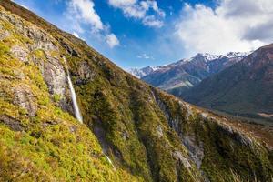 cachoeira na trilha da bacia do templo, passagem de arthur, nova zelândia