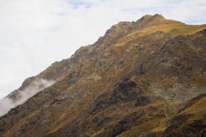 montanhas dos Cárpatos ao longo da rodovia transfagarasan