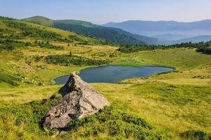 lago nas montanhas dos Cárpatos. Ucrânia foto