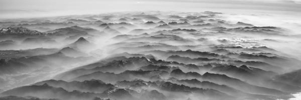 montanhas na névoa