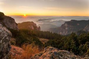 nascer do sol nas montanhas ceahlau