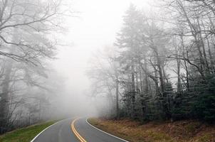 névoa de gelo em uma estrada de montanha