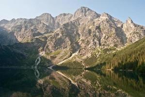 Lago morskie oko em montanhas tatry com pico acima