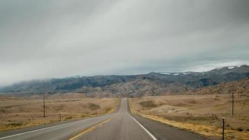 estrada rural para as montanhas