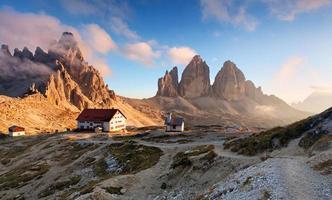 montanha do pôr do sol na Itália dolomitas - tre cime
