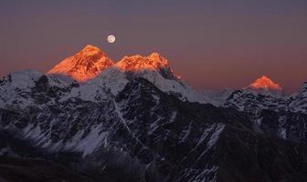 pôr do sol panorâmico do monte everest makalu