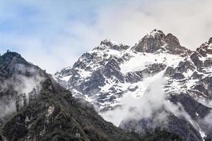 montanha de neve com nevoeiro, lachen norte sikkim índia