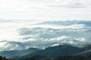 montanhas com camadas enevoadas ao nascer do sol