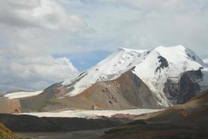 montanha de neve sagrada anymachen e geleiras no planalto tibetano