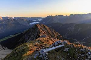 nascer do sol nas montanhas