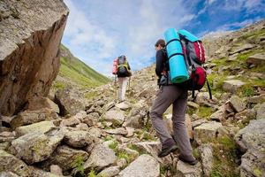 caminhante tecking nas montanhas do cáucaso foto