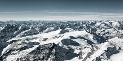 muitos picos de montanhas nevadas no inverno