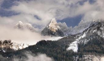 montanhas cobertas de neve nas nuvens foto
