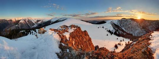 panorama da montanha de inverno, paisagem congelada da Eslováquia