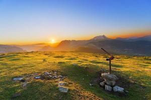 topo da montanha saibi ao nascer do sol foto