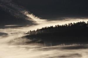 nascer do sol enevoado em vista panorâmica de mo de gama média