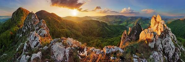 panorama paisagem montanhosa ao pôr do sol, eslováquia, vrsatec