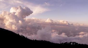 cloudscape sobre montanhas troodos. Chipre