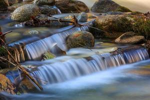 bela cascata no rio da montanha foto