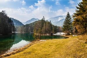 Lago de montanha majestoso em Fernsteinsee