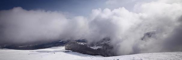 cenário de montanha na primavera foto