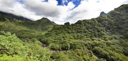 taiti, montanhas. natureza tropical. foto