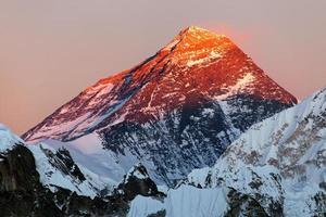 visão noturna do Monte Everest do vale de Gokyo