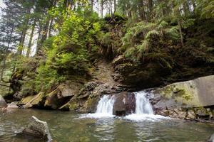 rio da montanha com pedras e céu nos Cárpatos foto