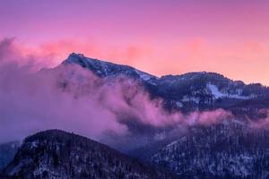 montanhas enevoadas em névoa rosa