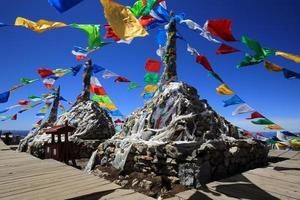 Bandeiras de oração budista tibetana na montanha em Shangri-la, China