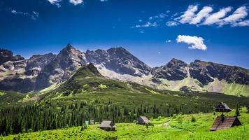 pequenas cabanas nas montanhas