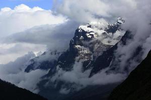 montanha coberta de neve em nevoeiro - cordilheira do Himalaia, Sikkim, Índia