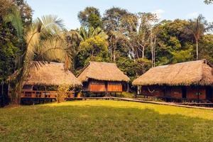 pousada feita de bambu, reserva cuyabeno