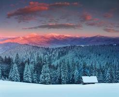 nascer do sol de inverno colorido nas montanhas.