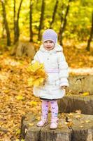 menina com folha amarela foto